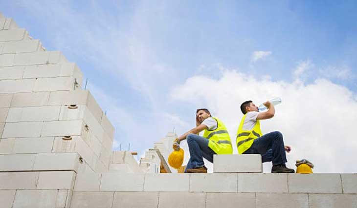 Bổ sung nước đúng cách cho người lao động nặng mua hè